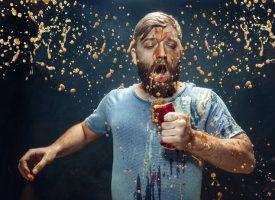 Mand græder over spildt cola