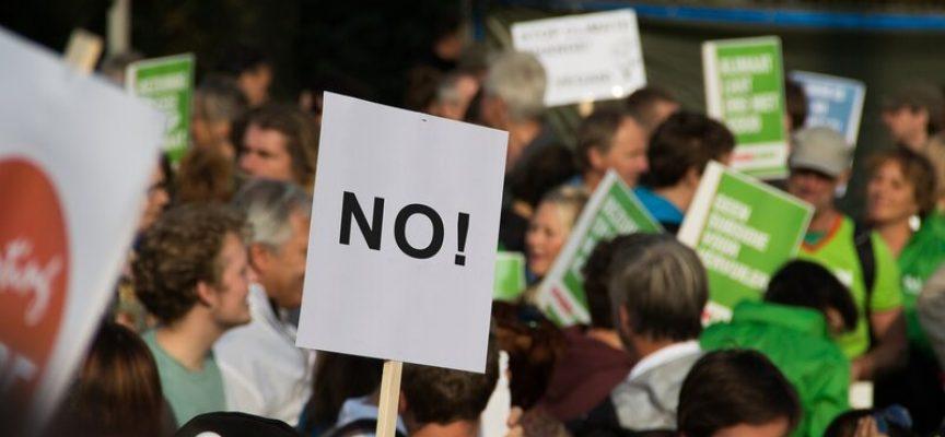 Ministre og ekstremister demonstrerer mod ekstremist-møde
