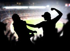 Hooligans trætte af boldspil under slagsmål