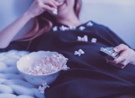 Højtuddannet akademikerkvinde lamslået af chok over hvad mennesker med dårligere uddannelse end hun selv gider spilde deres tid på at se i fjernsynet