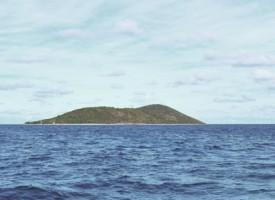 Kinesisk invasionshær forviser politikere og presse til fjern klippeø