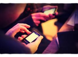 Mand forfører kvinde med omfattende viden om smartphones