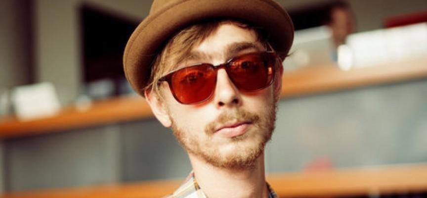 Forsvundet hipster fundet bag ekstremt store briller