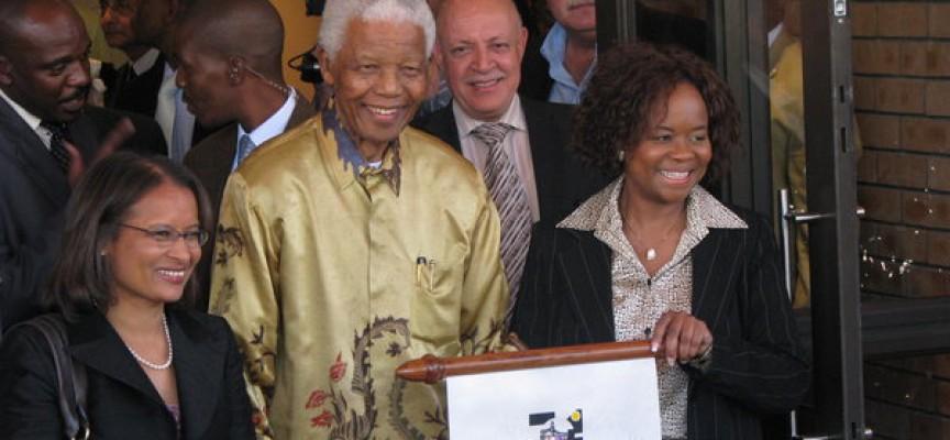 Mandela afskaffer efterlivs-apartheid