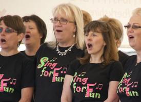 Talentkonkurrence: Buttet pige med svær fortid synger utrolig gennemsnitligt