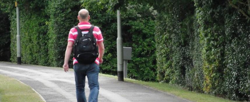 Midaldrende mand undgår sexistiske tilråb på 20 timers gåtur i Ikast