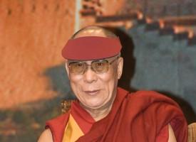 Skandale: Dalai Lama sneget ind til gallamiddag forklædt som diktator