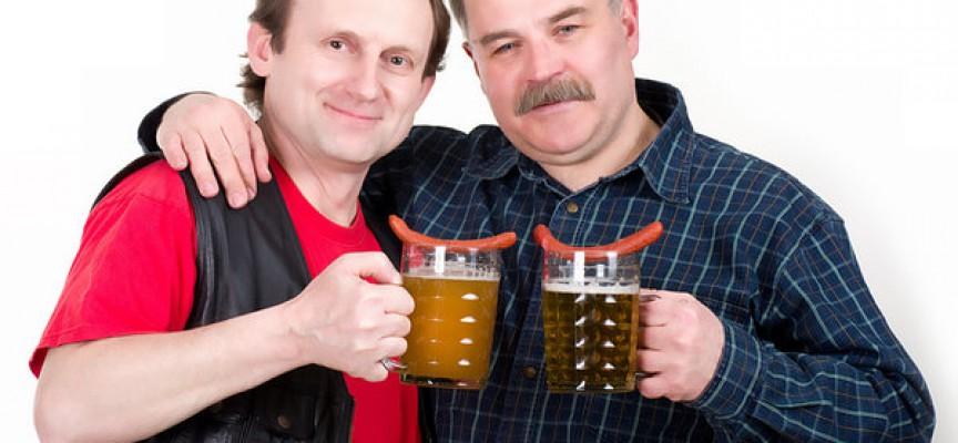 Arbejdere mødes for at drikke fadøl og spise røde pølser med kolde brød