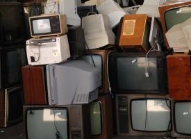 Kvinde i chok: Smed tv ud, men er stadig dum
