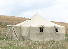 Venstre internerer flygtede partimedlemmer i teltlejr
