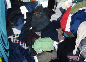 Mand smider kun sit tøj over det hele for at genere konen