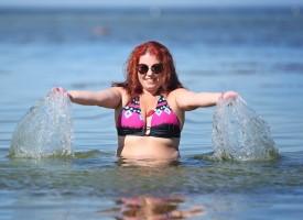 Kvinde offentliggør bikinibillede på sociale medier, fordi hun er totalt ligeglad med andres anerkendelse