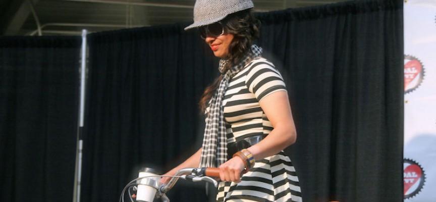Kvinde i hatteformet cykelhjelm narrer ingen