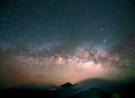 Mand fremsætter absurd påstand om, at himlens lysprikker kun ser små ud, fordi de er meget langt væk (fra arkivet, år 11.351 f.v.t.)