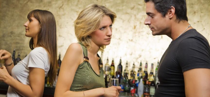 Mand ødelægger underspillet erotisk samtale ved at spørge, om kvinden egentlig mener, at de skal bolle