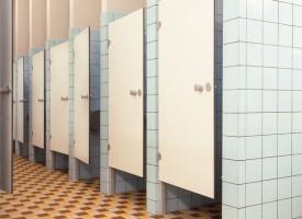 Uddannelsesinstitutioner skal fjerne døre fra toiletterne: Bliver misbrugt som bederum