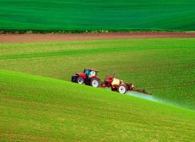 Landmand kræver kunststøtte til at sprøjte marker