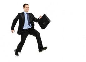 Breaking: Mand iført lyseblå skjorte og mørke bukser spottet i kontorbygning