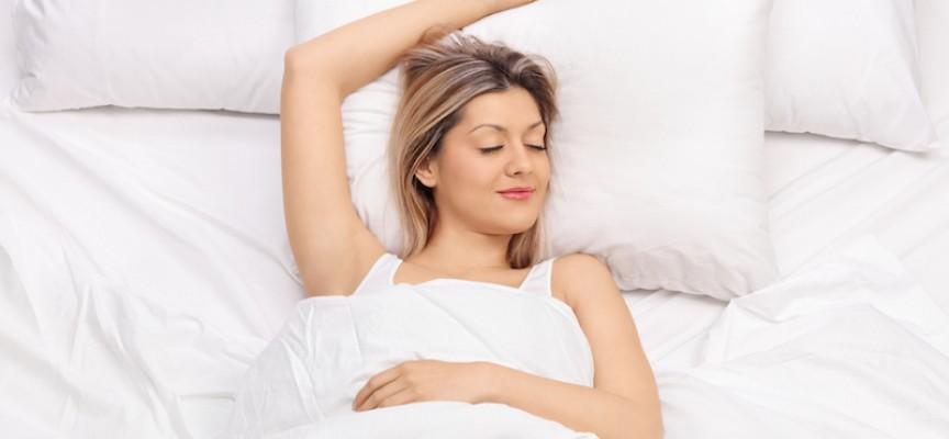 Søvnløs kvinde faldt i søvn efter at have læst om, hvordan søvnmangel ødelægger dit liv