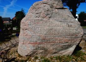 Aktivister kræver Jellingstenene fjernet: Kongerne ejede jo trælle
