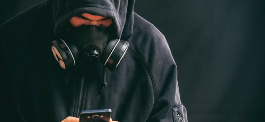 """Unganarkister i protest mod autoriteter: Nægter at følge ordren """"tilslut din mobil til oplader"""""""