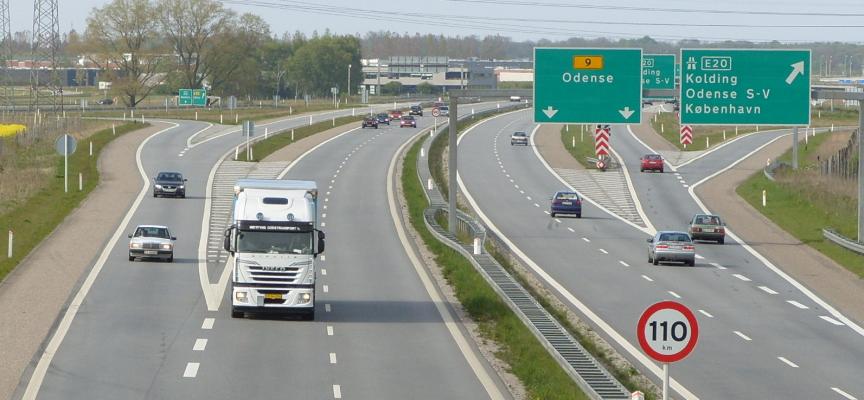 Udflyttede statsansatte marcherer på motorvej til København