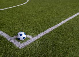 Fodboldspiller ser mange kampe frem og kigger ofte på tabellen