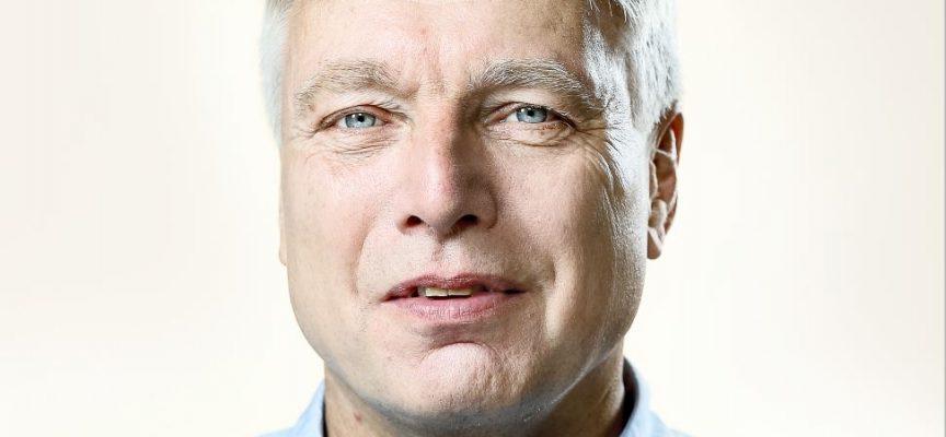Uffe Elbæk stiller op som angriber på landsholdet