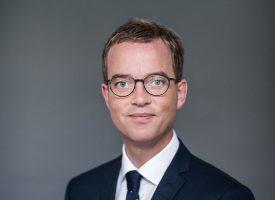 Esben Lunde Larsen fejrer 250 forurenede drikkevandsboringer med kage