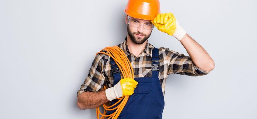 Mand bruger kabel, han har haft liggende siden 2001