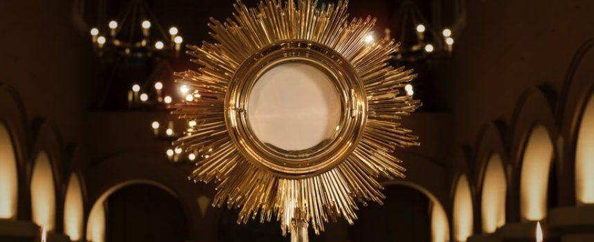 Katolikker strømmer i kirke for at kigge på brød