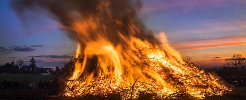 I aften kan du brænde facere og løbehjulsbrugere på bålet