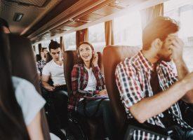 Teenagepige vil bare lige være sikker på, at alle i bussen har hørt hende