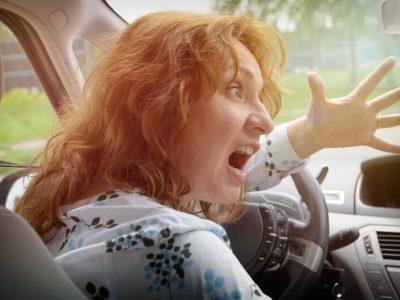 Lone standser altså lige trafikken, mens hun irettesætter sin søn