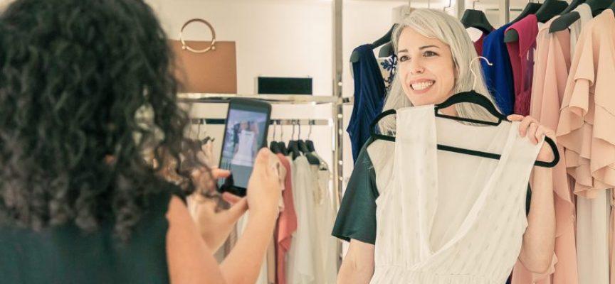 Kvinde glæder sig til igen at prøve tøj i butikker og købe det billigere på nettet