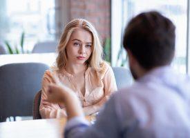 Kvinde indrømmer: Deltager kun i samtaler for, at andre skal høre på mig