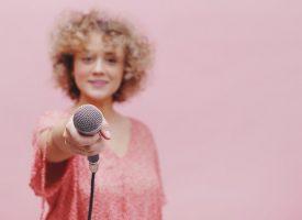 Dicte har lært sig selv at holde en mikrofon i hånden – nu kan hun leve af det